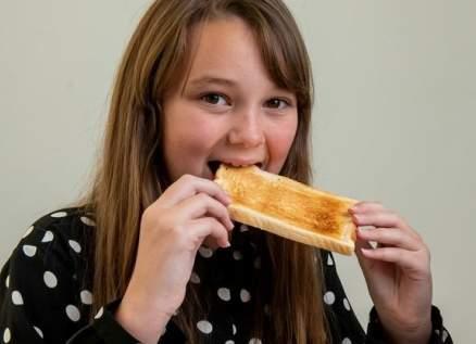 طفلة تعيش 10 سنوات على الخبز والبطاطا فقط! بالصور