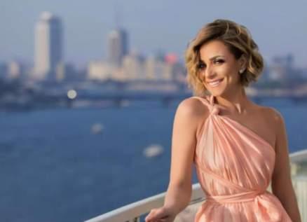 ريم البارودي متأثرة وتطل بلباس الإحرام- بالفيديو