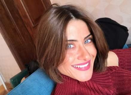هيدي كرم تفاجئ الجمهور بقص شعرها- بالفيديو