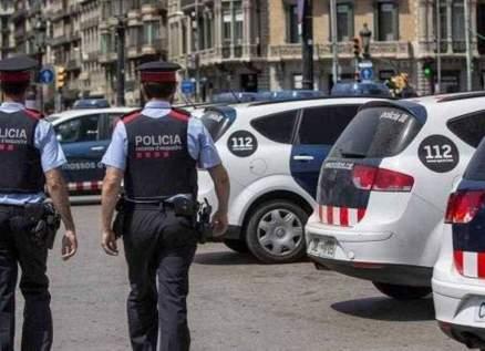 """رجل شبه عار يحطم سيارة الشرطة ويصرخ """"أنا مصاب بكورونا""""-بالفيديو"""