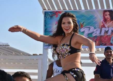 الراقصة البرازيلية لورديانا تثير الجدل في مدارس مصر-بالفيديو