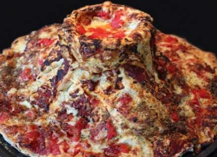 رجل مغامر يخبز البيتزا في الحمم البركانية
