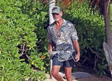 بعد الكشف عن وفاة صديقيه بكورونا..بيرس بروسنان وزوجته يستجمان على الشاطئ