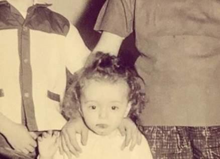 خمنوا من هو هذا الممثل اللبناني الشهير الذي يتوسط شقيقيه