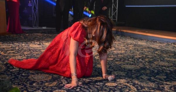 شذى حسون تسقط أرضاً في مهرجان القنوات الفضائية..بالصور