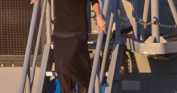 أنجلينا جولي تقوم بزيارة لسفينة حربية ..بالصور