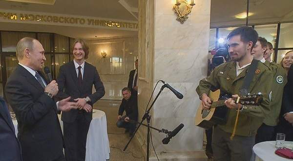 فلاديمير بوتين يغني مع طلاب روس..بالفيديو