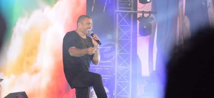 خاص بالفيديو والصور-عمرو دياب يعلن عن مفاجأة..ويقوم بعمل إنساني على المسرح