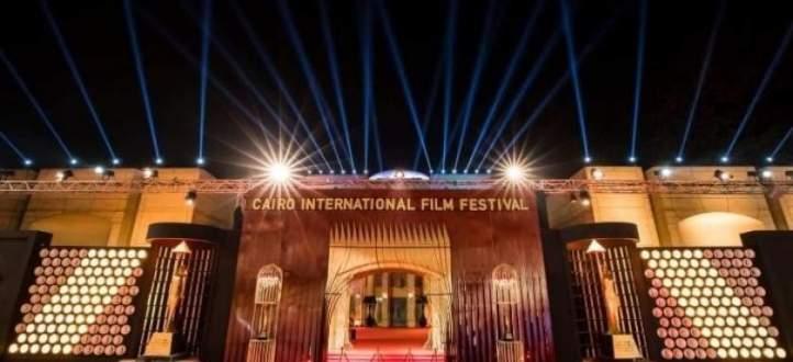 حيوان يقتحم السجادة الحمراء في مهرجان القاهرة السينمائي ويتصدر المشهد-بالفيديو