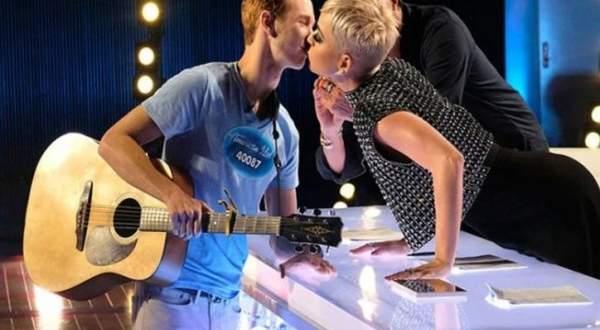 كايتي بيري تقبّل مشتركاً في American Idol والاخير لم يعجب بالفكرة - بالفيديو