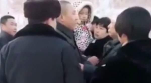 سجين يودِّع طفلته وعائلته بطريقة مؤثّرة قُبيل إعدامه.. بالفيديو
