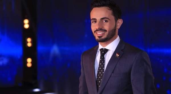 بالفيديو- يمني غاضب يحطم التلفزيون بعد خسارة عمار العزكي للقب آراب أيدول