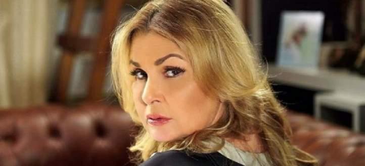 خاص بالفيديو- يسرا تسلم شريف عرفة جائزته في مهرجان القاهرة السينمائي