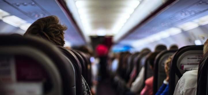إمسحوا مقعد الطائرة قبل الجلوس.. لهذا السبب! بالفيديو