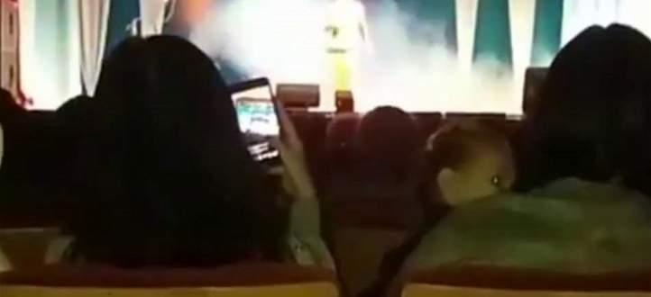 فنانة عالمية تسقط من على خشبة المسرح.. سكتة قلبية أودت بحياتها! بالفيديو