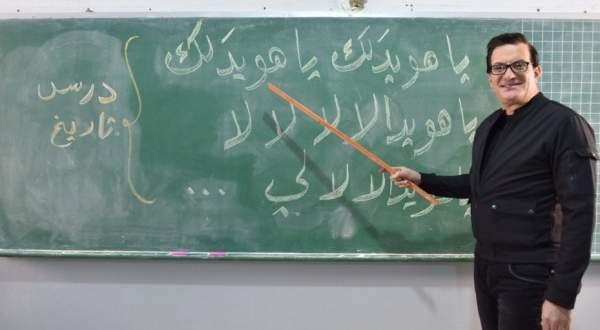 """محمد إسكندر يطل بـ""""لوك"""" جديد ويتحول لأستاذ تاريخ في إحدى المدارس..بالفيديو"""