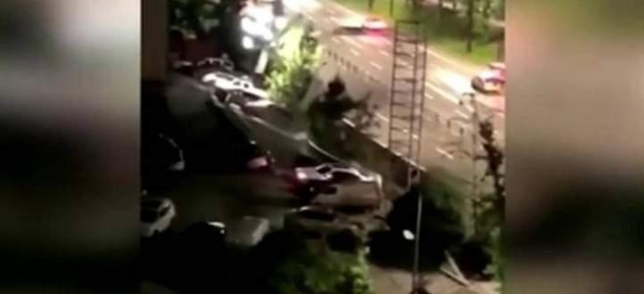 بالفيديو- فاجعة في الصين.. حفرة تبتلع أكثر من 20 سيارة وماذا عن الضحايا؟