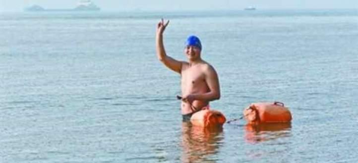 """موظّف يذهب إلى عمله """"سباحة""""! بالفيديو"""