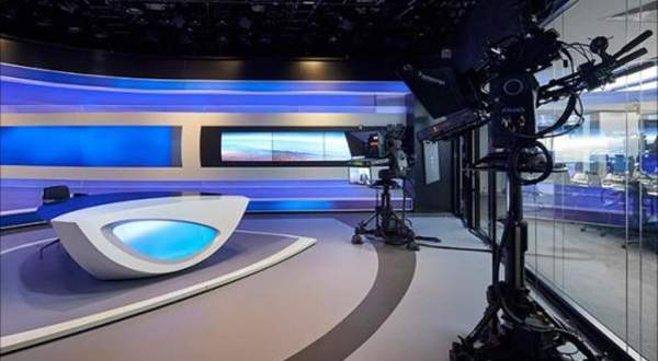 بالفيديو- تعرفوا على أول مذيعة في المحطة السعودية الرسمية وشعرها ليس مغطى كلياً