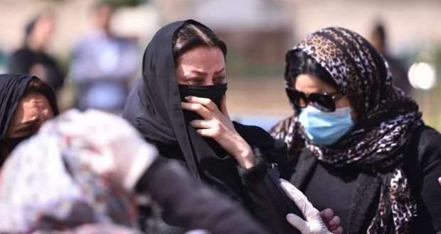 رضوى الشربيني تنهار بكاءً في جنازة والدتها.. شاهدوا كيف ودّعتها - بالفيديو