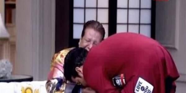 سعد الصغير يقبّل يد شعبان عبد الرحيم ويعتذر منه على الهواء..بالفيديو