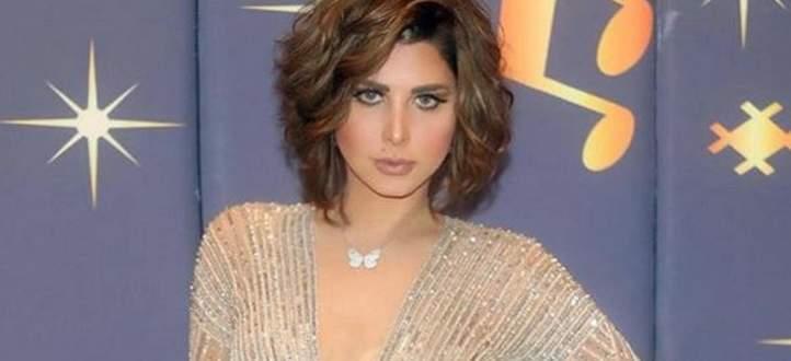 شمس الكويتية تثير الجدل بحذائها الذهبي.. وترد على منتقديها- بالفيديو