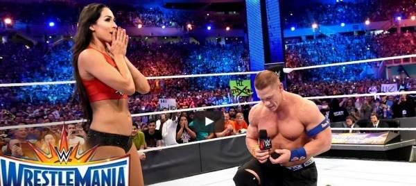 بالفيديو - جون سينا يطلب الزواج من نيكي بيلا على حلبة المصارعة!