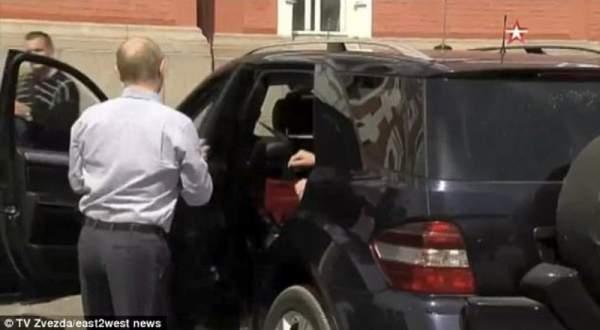امرأة مجهولة في سيارة بوتين فمن هي؟ ..بالفيديو