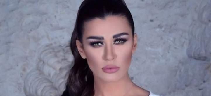 نادين الراسي تحمل اطارا وتقول: