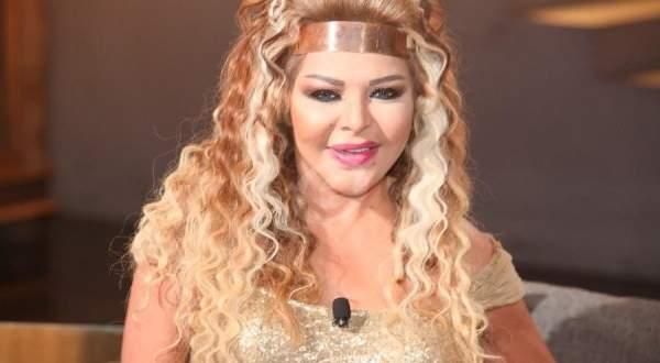 فلة الجزائرية تثير الجدل بإرتدائها الحجاب وأدائها للآذان- بالفيديو