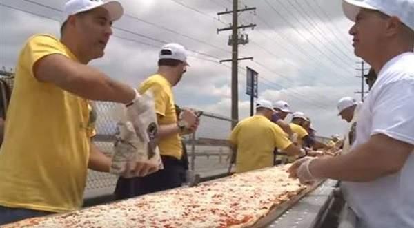 """كاليفورنا تدخل """"غينيس"""" بأطول بيتزا بالعالم..بالفيديو"""