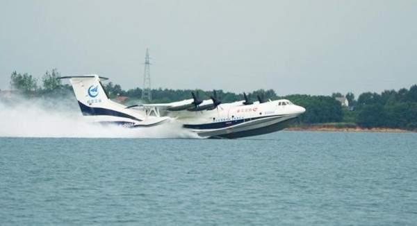 شاهدوا أكبر طائرة في العالم تقلع من الماء.. بالفيديو