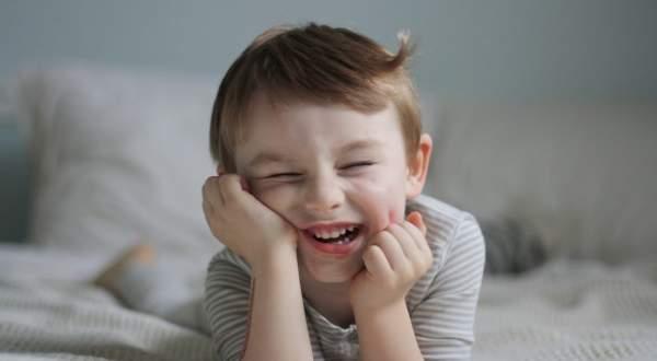 طفل الـ3 سنوات يصبح حديث مواقع التواصل ويلقب بالأعجوبة ..بالفيديو