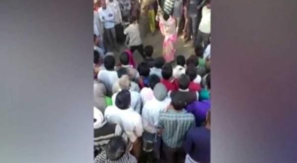 جلد وإغتصاب جماعي لإمرأة هندية وهي مقيّدة بالشجرة والسبب؟ - بالفيديو