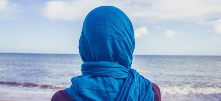 """نجمة """"ذا فويس"""" تخلع الحجاب وتعليقها عن الإسلام يثير جدلاً كبيراً.. بالفيديو"""