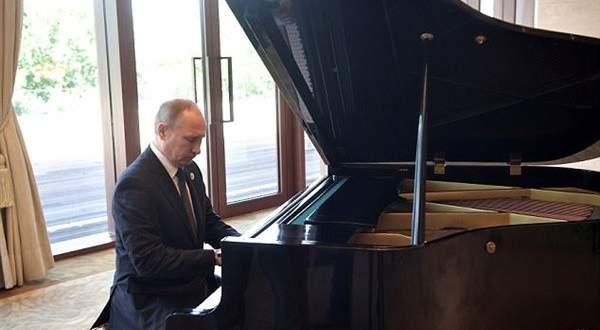 فلاديمير بوتين يعزف على البيانو أثناء انتظار نظيره الصيني..بالفيديو