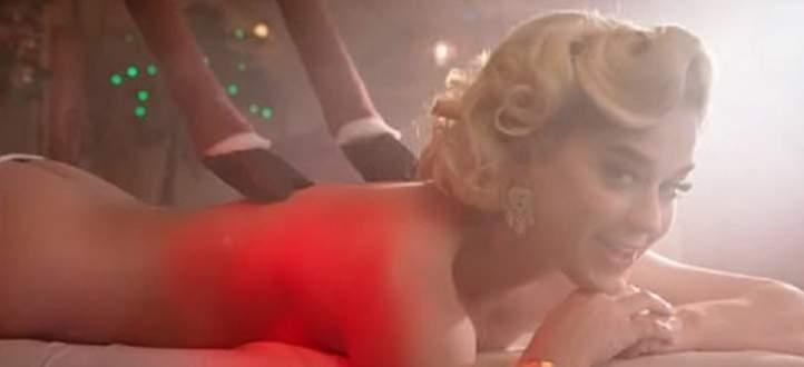 """كايتي بيري و""""بابا نويل"""" يتعريان في فيديو كليبها الجديد"""