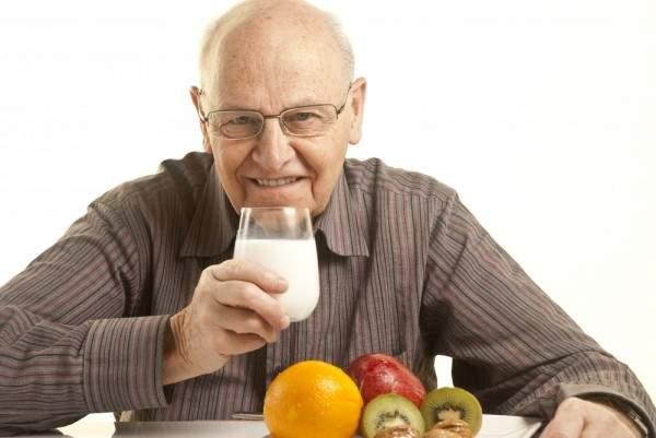 إليكم بعض أنواع الأطعمة التي لا ينصح للمسنّ بتناولها!