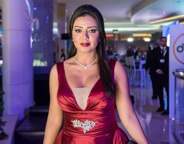 رانيا يوسف تقع بموقف محرج على الهواء وشيرين تتدخل..بالفيديو