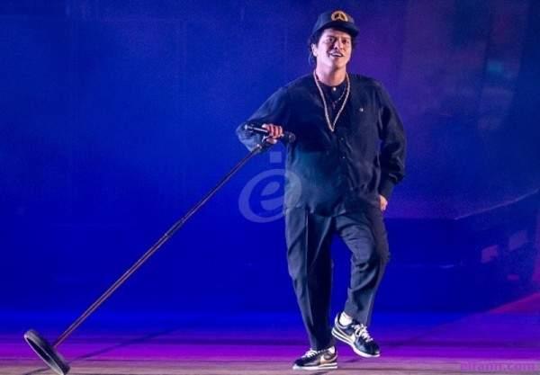 حادث خطير يجبر برونو مارس على إيقاف حفله ومغادرة المسرح- بالفيديو