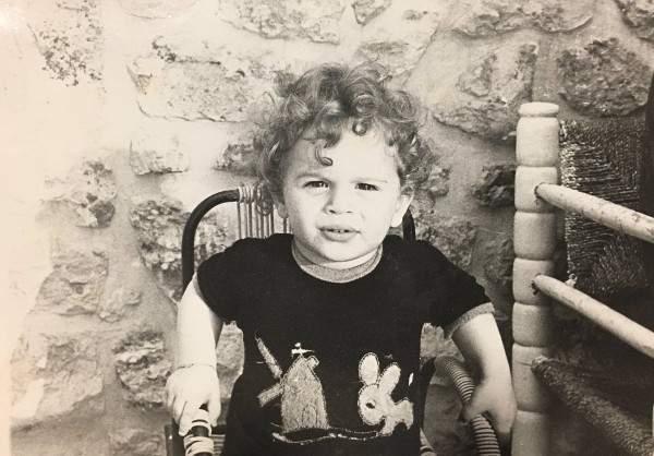 خمنوا من هذا الطفل الذي أصبح من أشهر الممثلين اللبنانيين وأكثرهم وسامة