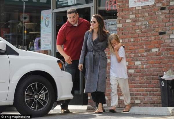 أنجلينا جولي برفقة أصغر بناتها ..بالصور