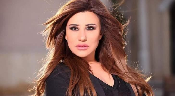 بالفيديو- نجوى كرم تضيء شمعة على نيّة لبنان