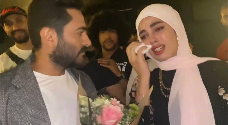 بالفيديو- شابة تنهار أمام تامر حسني.. وهو يتعرض للإنتقادات بسببها