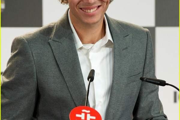 خوليو اغليسياس يقبّل رافاييل نادال في اسبانيا