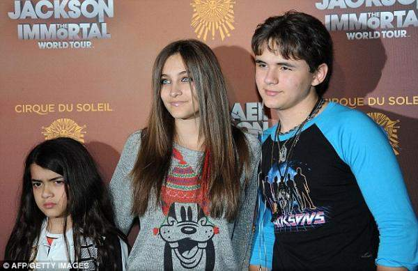 ابنة مايكل جاكسون المراهقة تسرق الانظار بجمال عينيها