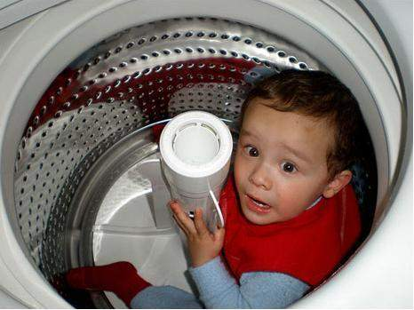 طفل ينجو بعدما غسله والده خطأ.. في الغسالة