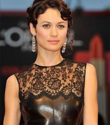 أولغا كوريلنكو تتألق بفستانها الأسود الأنيق بمهرجان فينيسيا..بالصور