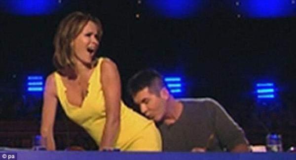 سيمون كاول يقبّل مؤخرة أماندا هولدن على الهواء