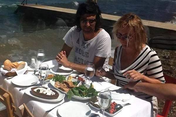 التركي كريم يتناول الغداء مع فريق عمل فيلمه الجديد..بالصور